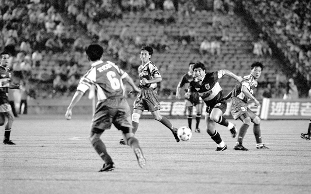 1996年7月25日,马拉多纳(右二)代表博卡青年队在北京工人体育场对阵北京国安队。