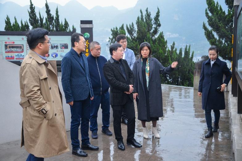 荣万家董事长耿建富带队与京东新通路崔月参观习酒文化中心长廊