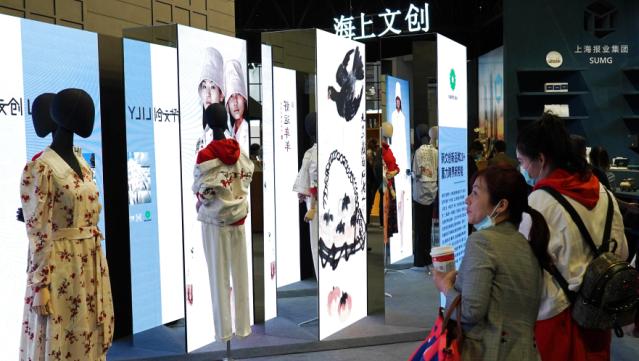 """第三届长三角国际文化产业博览会在沪开幕,11月19日,观众在""""海上文创""""展区参观 新华社/图"""