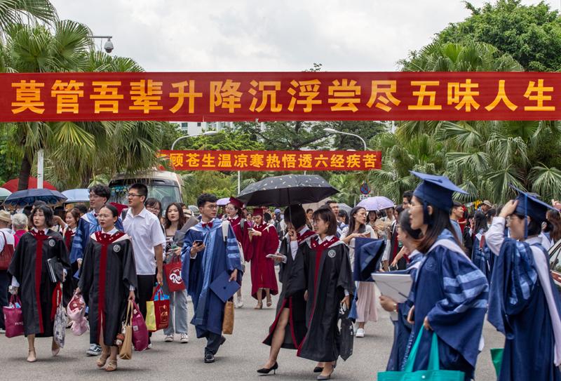 广东一所二本学院的学生们在庆祝毕业   视觉中国图