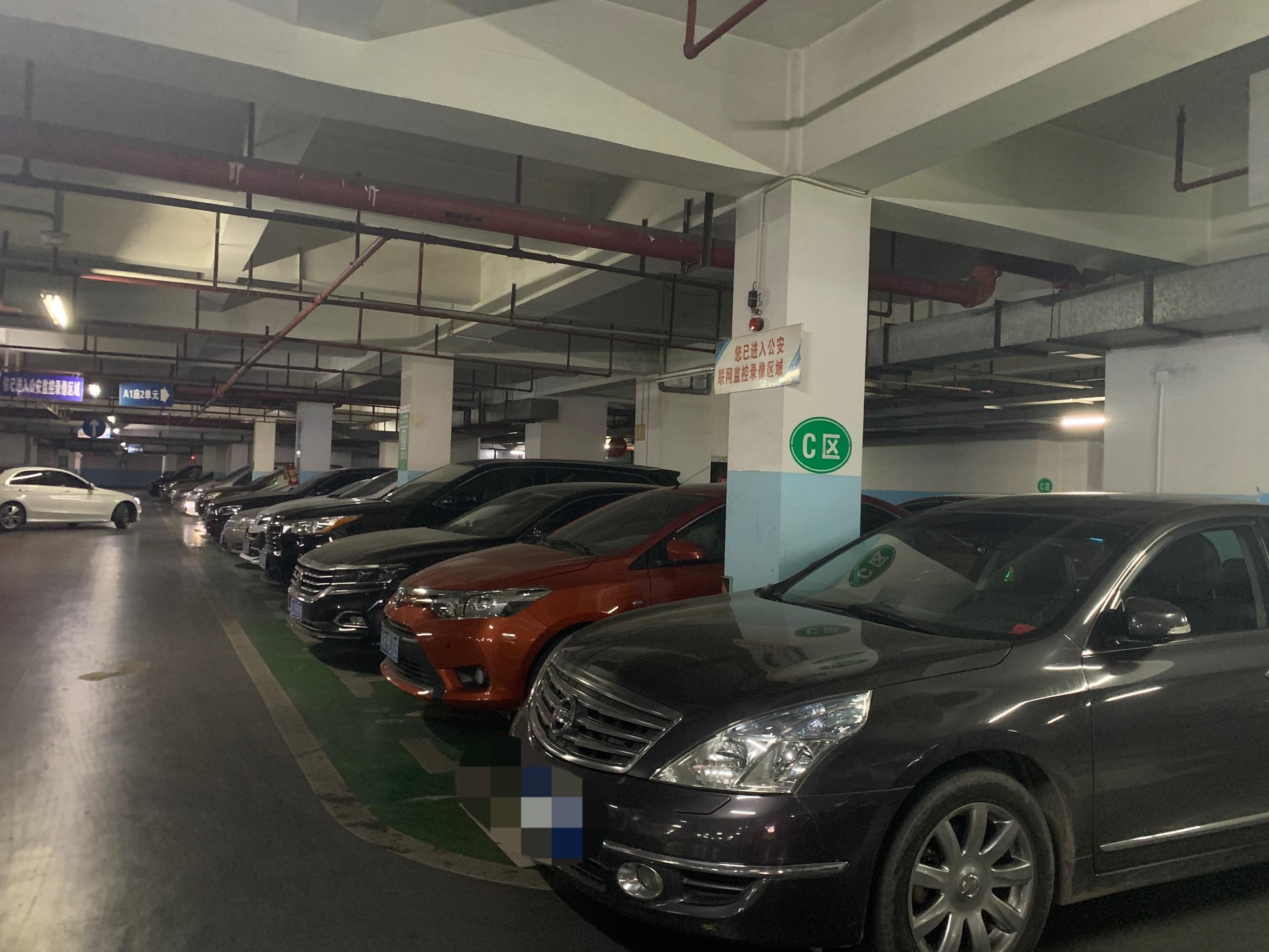 某小区地下停车场 摄影/黄琼
