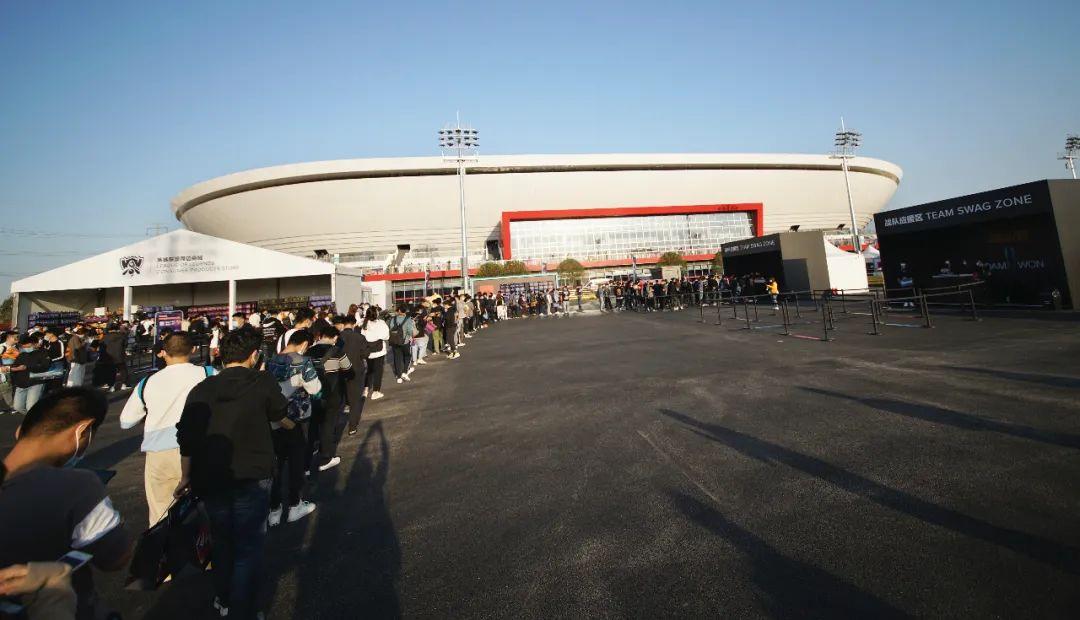 上汽浦东足球场门口排起长队。图片来源:视觉中国