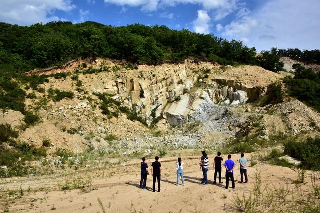 环保督查人员在珲春东北虎国家级自然保护区核心区的板石玉仙采石场检查。摄影/章轲