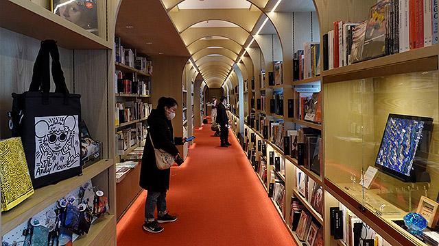 33米长的艺术长廊展示来自世界各地的艺术书籍  摄影/任玉明