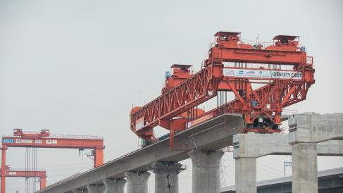 图为2020年9月2日在雅万高铁1号梁场拍摄的架梁机正在工作 新华社图