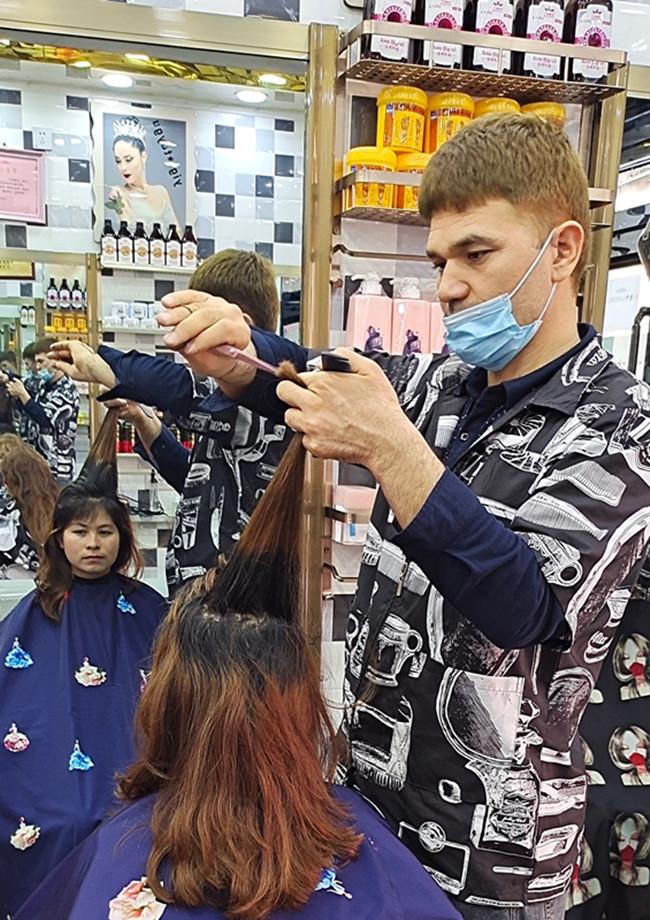 吾司曼·买买挑在理发店做事