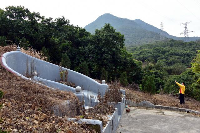 广东观音山国家森林公园内一处毁林约300平方米违规建设的豪华坟墓。摄影/章轲