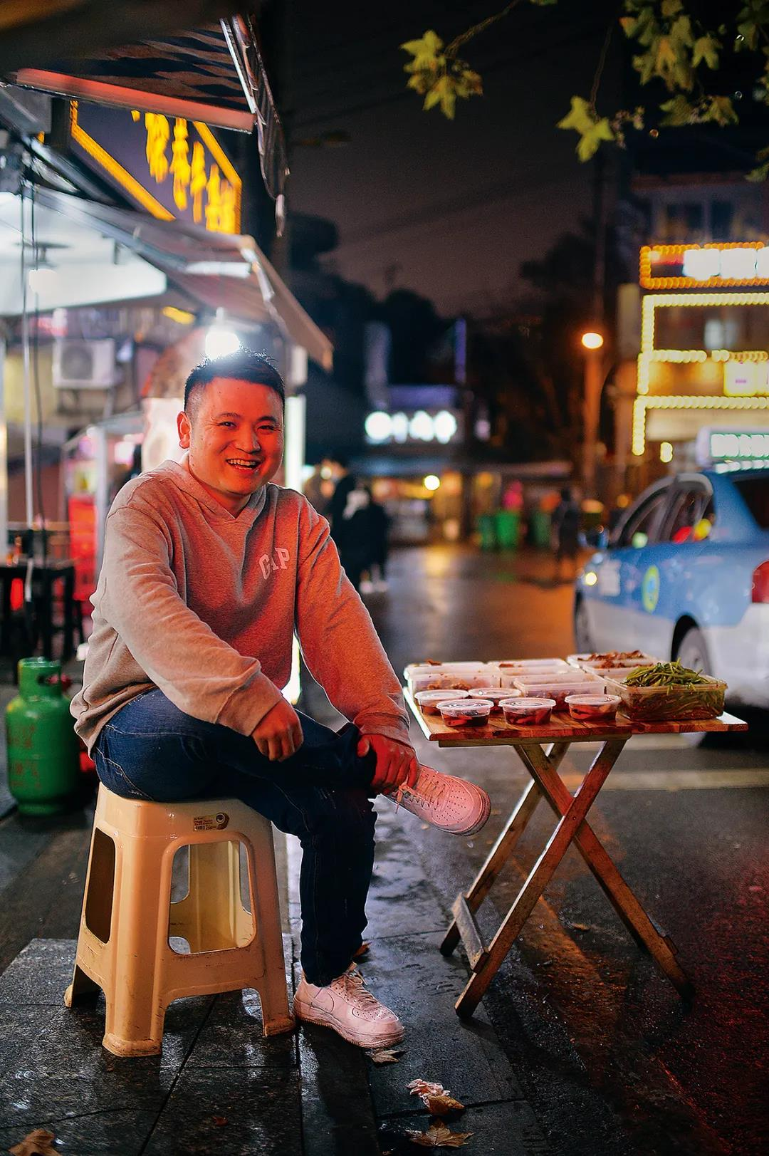 丹丹热卤的王东诚每到节假日都要接待大批外地食客直到深夜。
