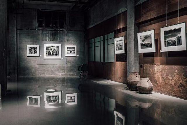 """2020年12月,清华大学美术学院教授冯建国在糖舍的大画幅摄影展""""藏香"""""""