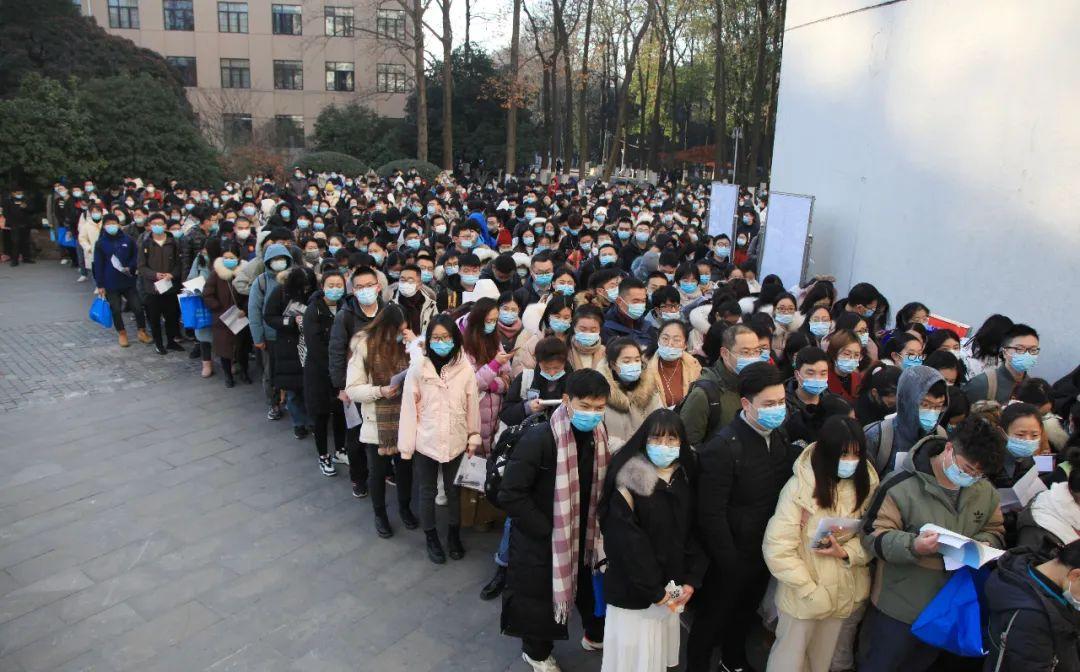 等候入场的考生 图片来源:视觉中国。