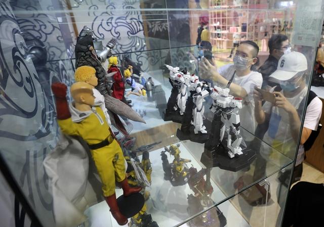 去年的ChinaJoy上,参不悦目者在一组漫画游玩人偶模型展柜前拍照。新华社原料