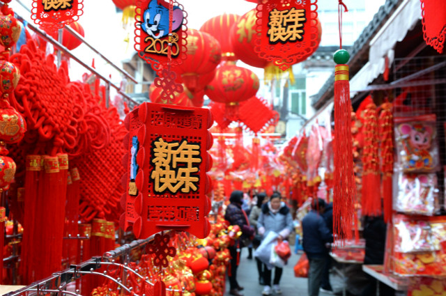 2020年1月15日,市民在合肥城隍庙市场选购新春饰品。新华社图。