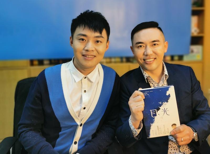 陶勇(左)与李润(右)在新书《目光》签售会上。
