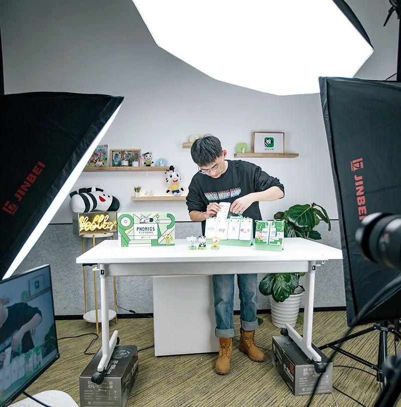 斑马AI课工作人员在做周边产品展示拍摄。