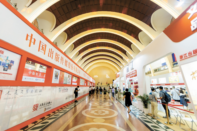 上海书展上出现越来越多的出版机构   视觉中国图