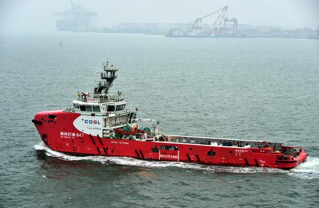 行驶在渤海湾的中国海油作业船。摄影/章轲