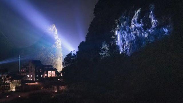"""2021年新年零时,燃烧的装置""""入木火塘""""与满天烟花,构成一个超现实露天舞台"""