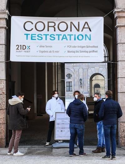 1月15日,在德国慕尼黑,人们等候进入一处新冠检测站。(本文图片均自新华社)