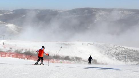图为滑雪爱好者在张家口崇礼云顶滑雪公园滑雪 新华社图
