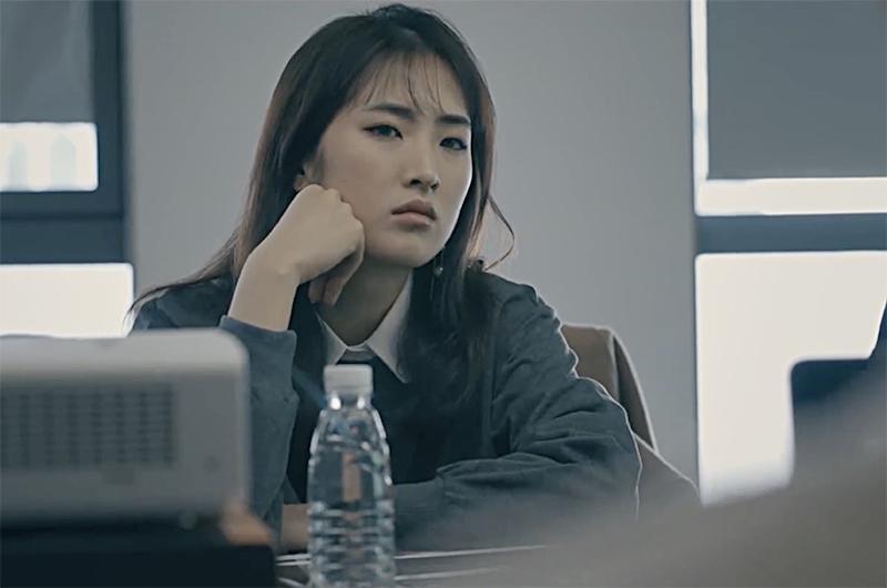 1月14日,姚安娜以一部17分钟的纪录片宣布出道。