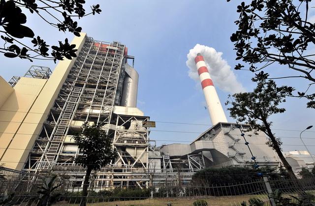 电力与供热等行业煤耗量占全国煤炭消费总量的90%左右。图为上海外高桥第三发电厂外景。摄影/章轲