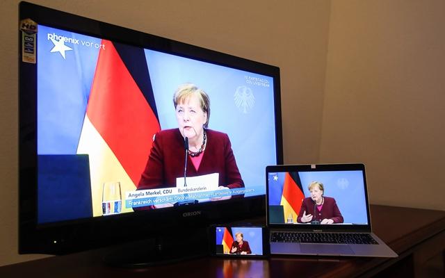 德国总理默克尔在基督教民主联盟(基民盟)线上党代会致辞的视频直播画面。