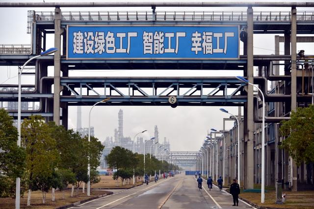 """""""十三五""""期间,我国共建设2121家绿色工厂。图为中韩(武汉)石油化工有限公司生产厂区。摄影/章轲"""