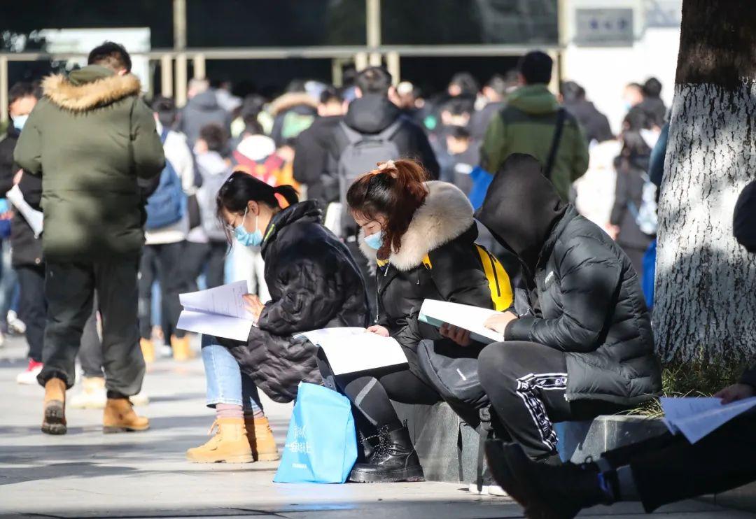 某市2021年度考试录用公务员考试开考前 图片来源:视觉中国。