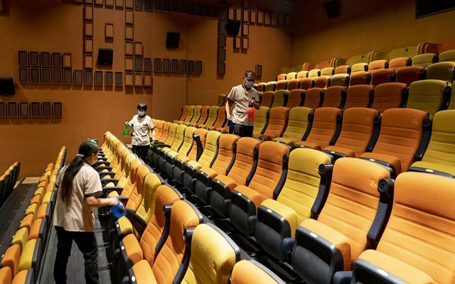去年中国电影票房已问鼎全球第一,而即将到来的春节档被寄予厚望。图为武汉市部分电影院在疫情后恢复开放。