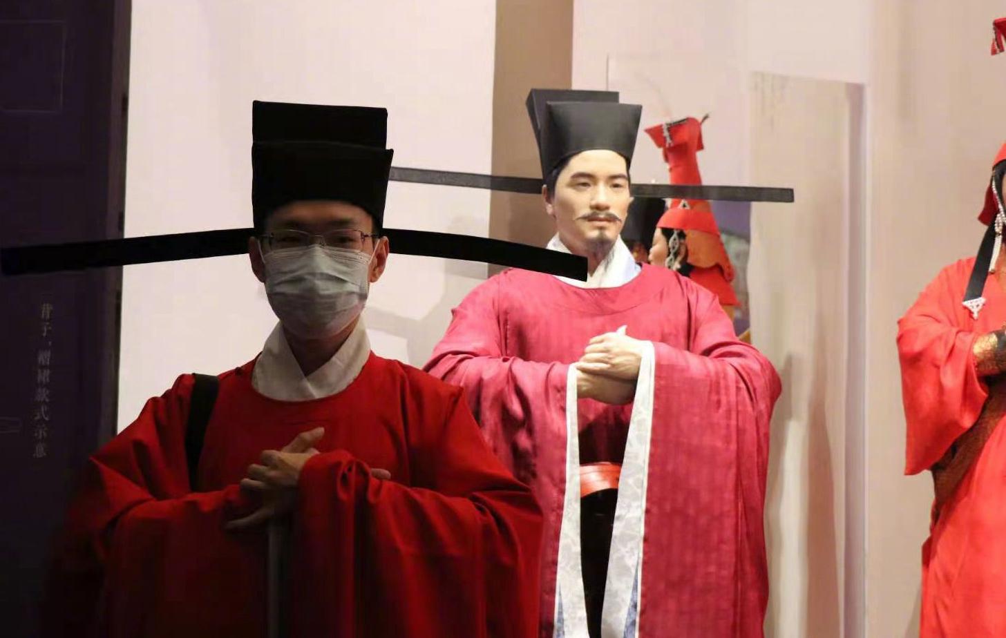 穿着古代服饰到国博看展览的观众。图片来自国博官方微博