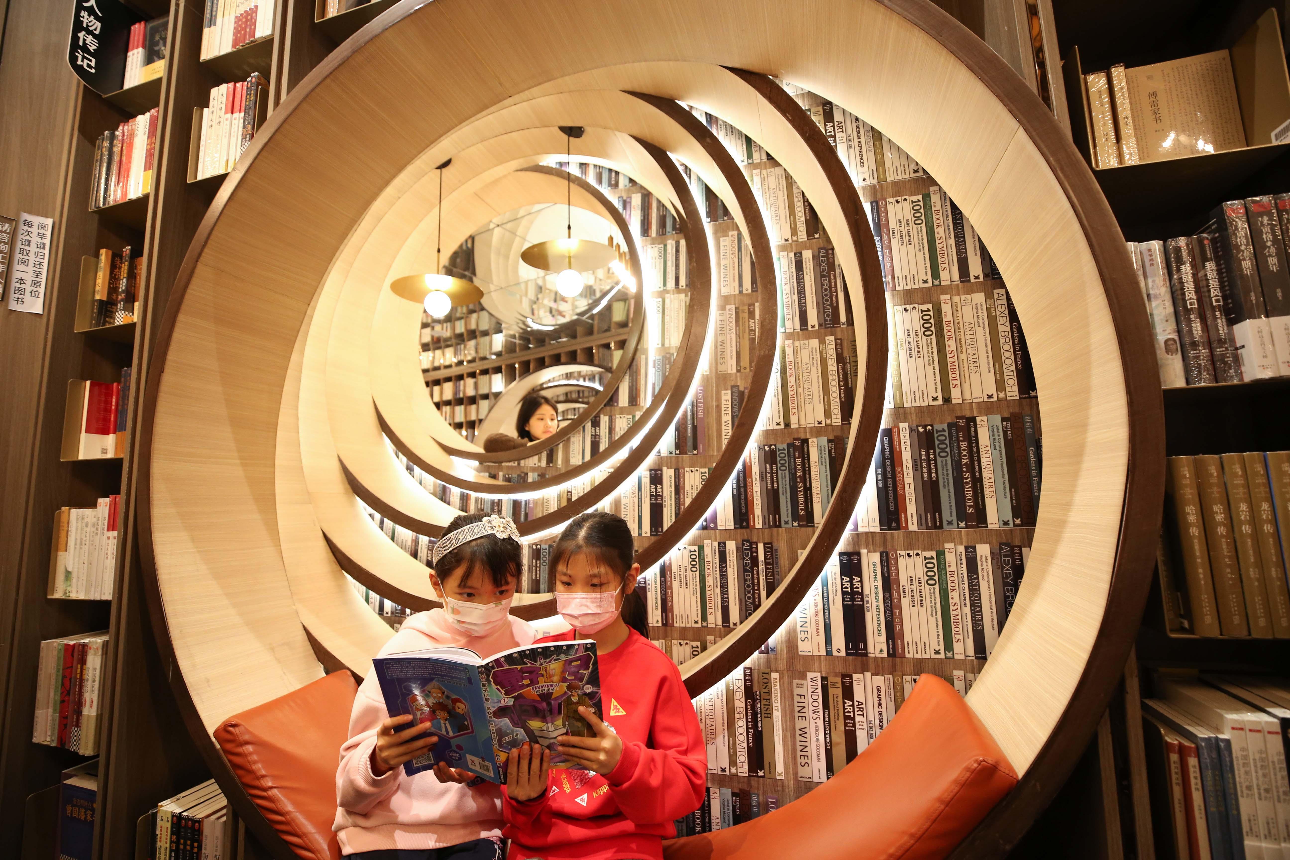 春节假期,读者在北京钟书阁西单店选购图书   视觉中国图