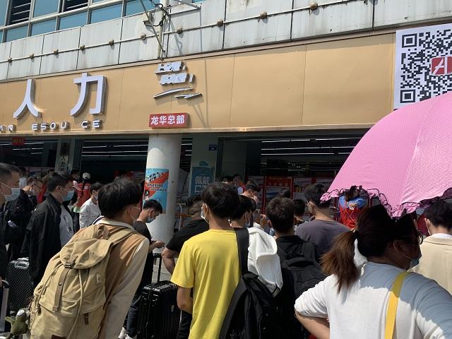 深圳市龙华汽车站旁招聘市场。黄琼/摄