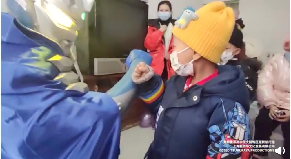 那个男孩见到了赛罗奥特曼 | 图片截自奥特曼中国官方微博视频