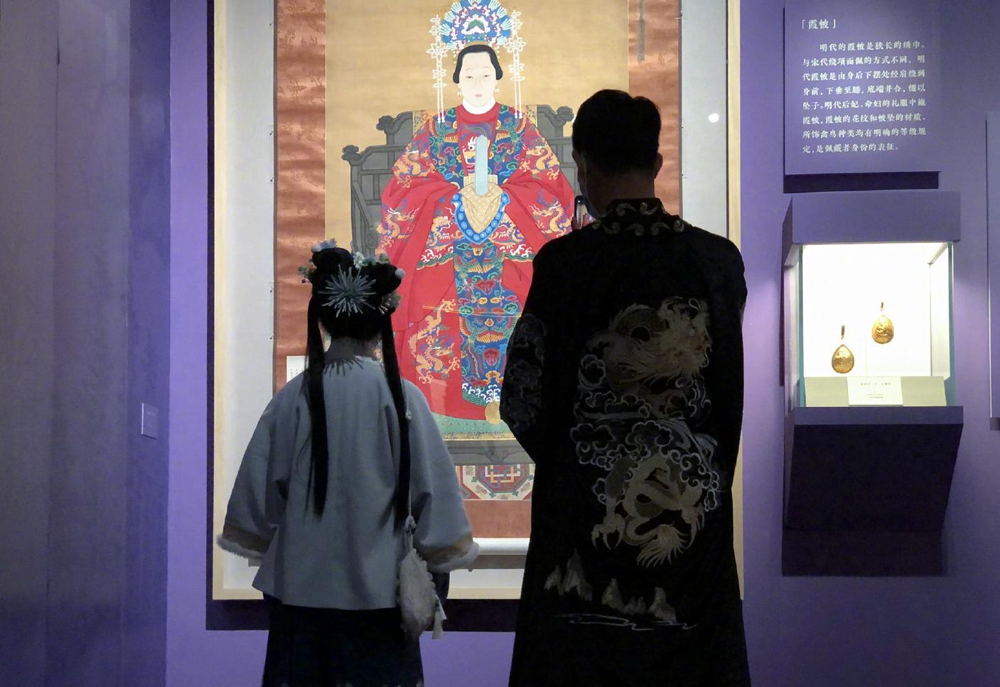 穿着古代服饰到国博看展的观众。图片来自国博官方微博