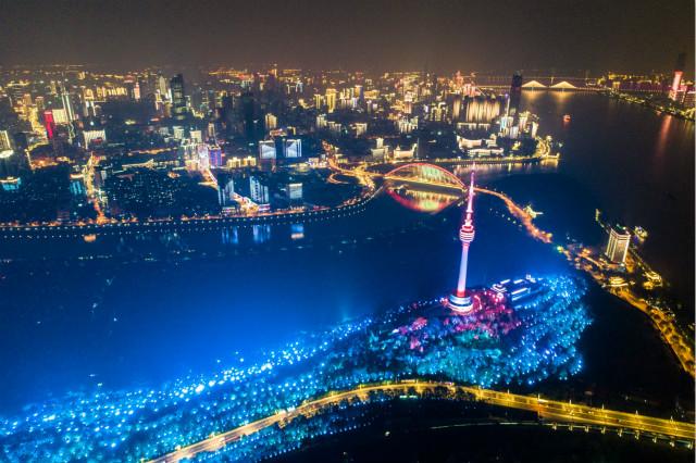 2020年4月7日晚在武汉龟山拍摄的夜景(无人机拍摄)。新华社图。