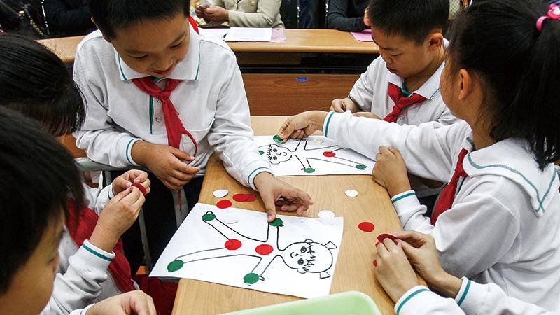 2011年10月24日,上海首套中小学性别教育教材《男孩女孩》投入使用,并在市内18所中小学试讲这一课程   视觉中国图