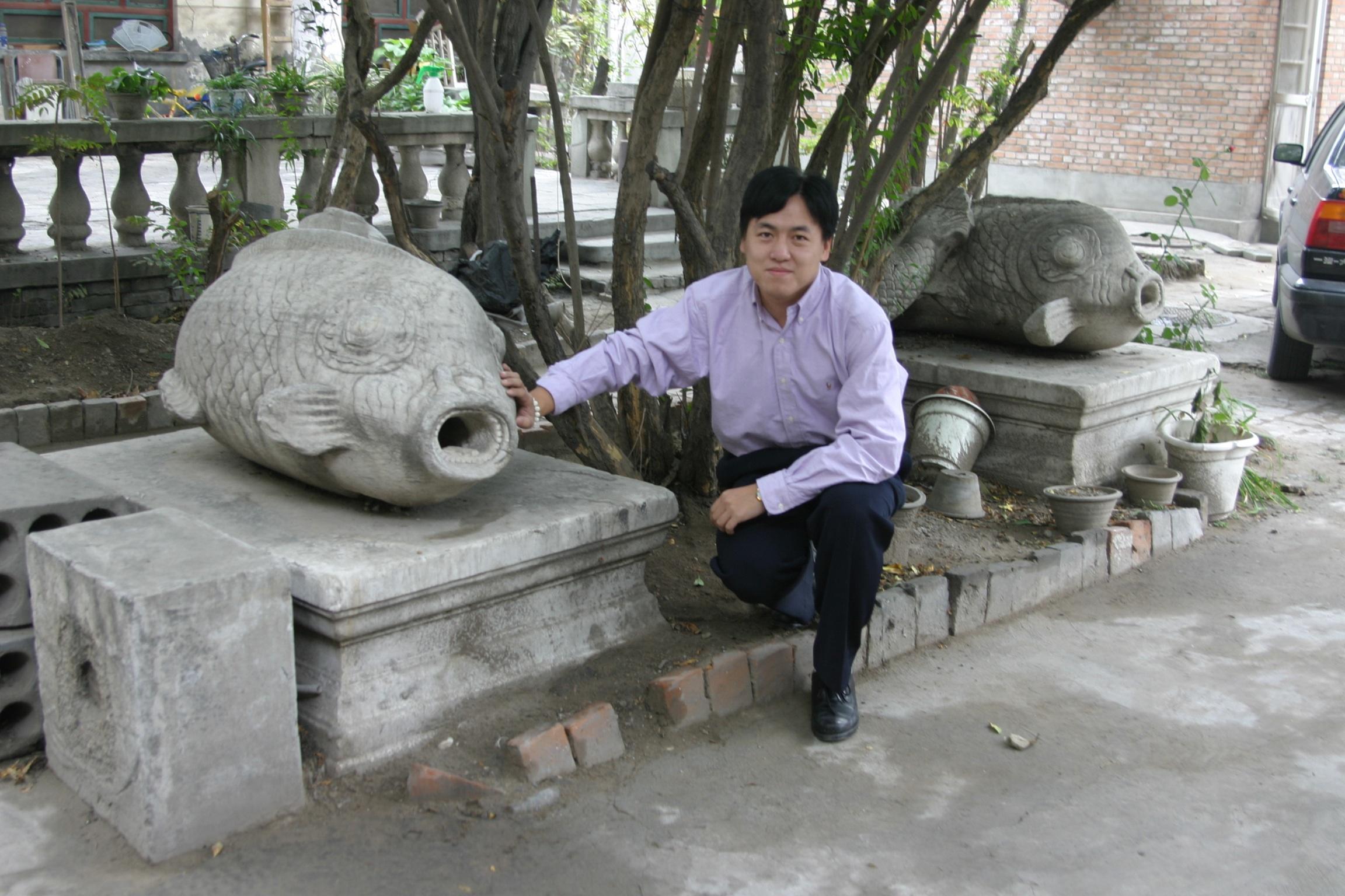 刘阳与汉白玉石鱼