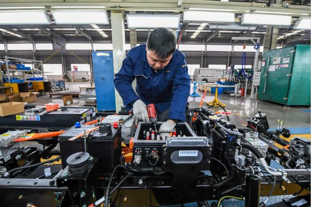 1月6日,工人在南京溧水经济开发区开沃新能源汽车集团轻型车总装车间内进行组装作业。新华社图。