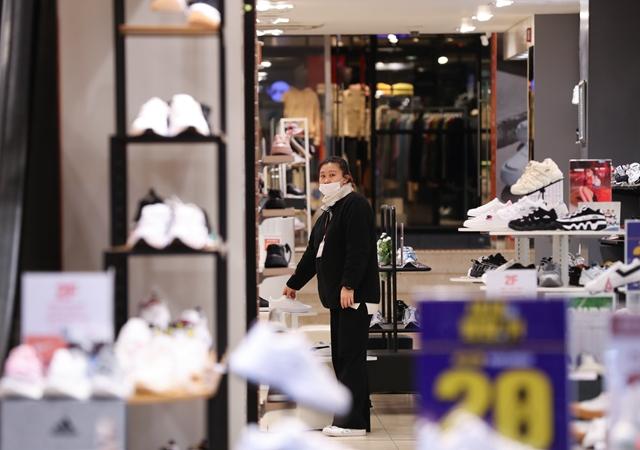 近年来,运动鞋市场增速令人瞩目。新华社资料图