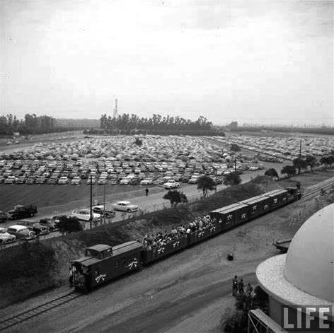 """1955年的《生活》杂志,刊出了加州迪斯尼乐园""""明日世界""""中的""""Carolwood Pacific""""游览火车。它既代表了美国式的""""乡愁"""",也代表了开拓时代的探索精神。"""