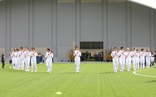 3月25日,日本前女足队成员在福岛举行的火炬传递仪式中。新华社