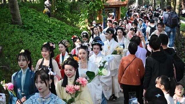 3月14日在第二届福州西湖花朝节上拍摄的簪花游园活动。新华社图