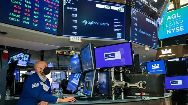 4月15日,交易员在纽约证券交易所工作。新华社图