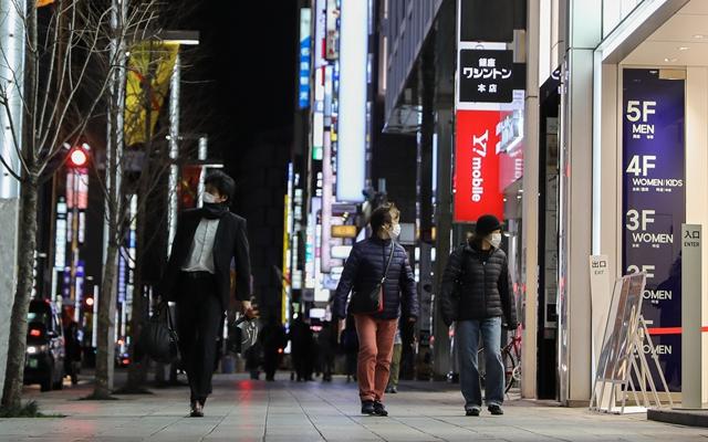 今年2月,实施紧急状态的日本东京,银座的商铺提前结束营业,行人明显减少。新华社