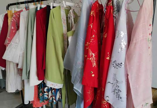 大集镇某电商室内的一角挂满了各式衣裙。(第一财经记者陈洪杰摄)