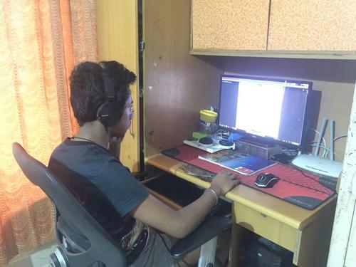 妮莎的儿子在家里上网课。 图片由受访者提供。