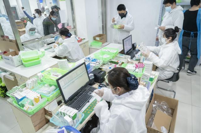 2020年2月27日,在武汉市汉口大药房黄石路店,药房工作人员在核对取药。新华图。