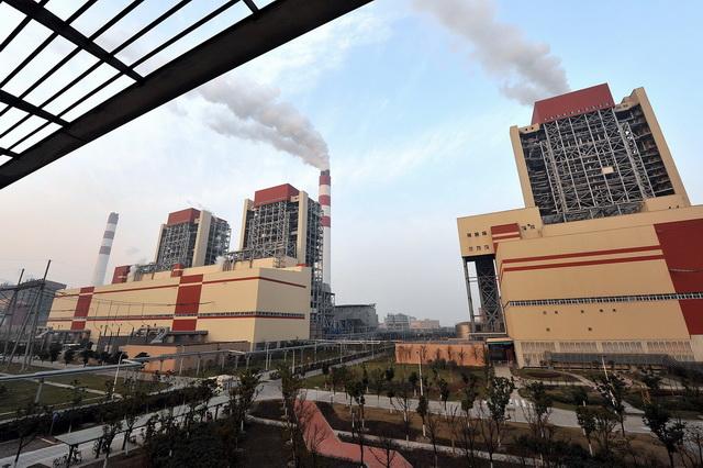 发电企业主要是大型国有企业,其排放数据管理更规范、更完善。图为上海外高桥第三发电有限责任公司发电厂外景。(摄影/章轲)