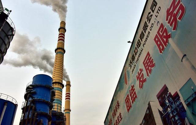截至2020年底,我国北方地区供热总面积已达到218亿平方米。图为济南热电有限企业。摄影/章轲