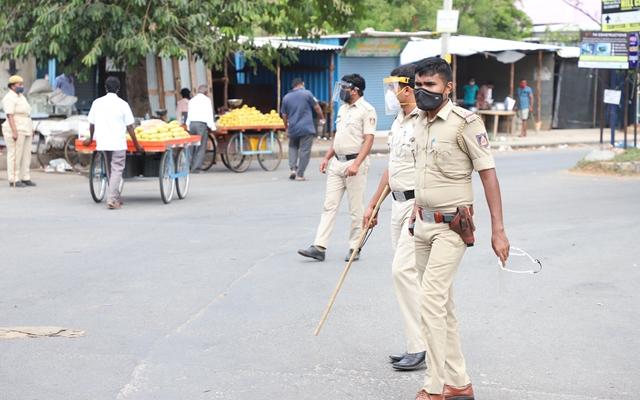 5月10日,警察在印度卡纳塔克邦首府班加罗尔街头执勤。(本文配图均自新华社)